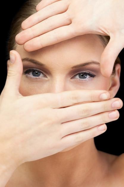 Sensual rubia haciendo marco alrededor de sus ojos | Descargar Fotos ...