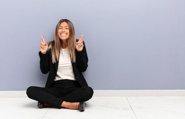 Sentirse nervioso y esperanzado, cruzar los dedos, rezar y esperar buena suerte Foto Premium