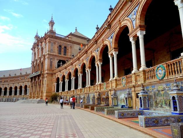 La serie de bancos en la fachada de la plaza de españa, sevilla, españa Foto Premium