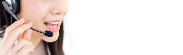 Servicio de atención al cliente mujer joven personal del centro de llamadas Foto Premium