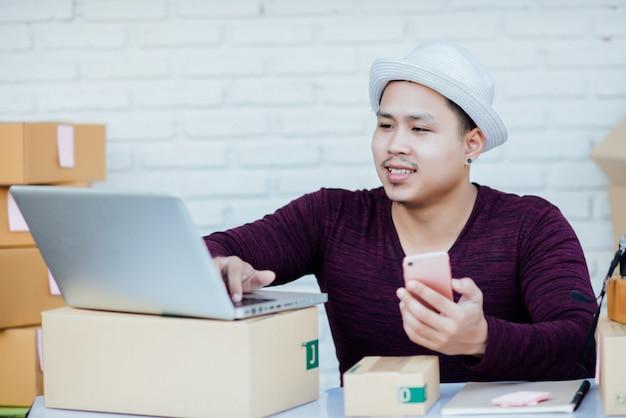 Servicio a domicilio trabajando con papeles entre parcelas en mesa. Foto gratis