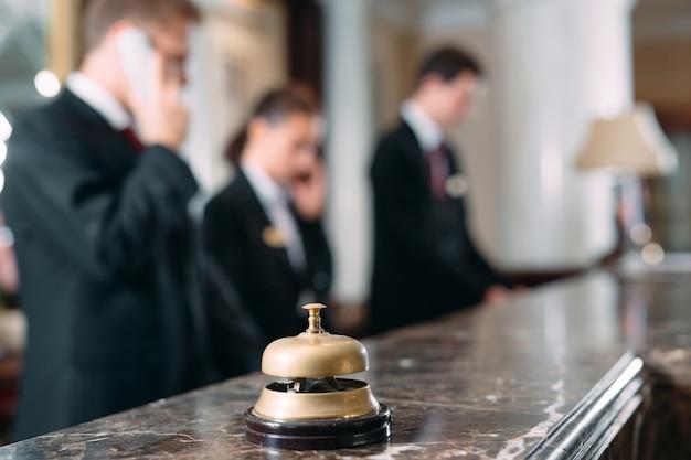 Servicio de hotel campana hotel conceptual, viajes, habitaciones, mostrador de recepción del hotel de lujo moderno en Foto Premium