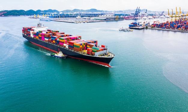 Servicios empresariales de embarque de contenedores de carga de importación. Foto Premium