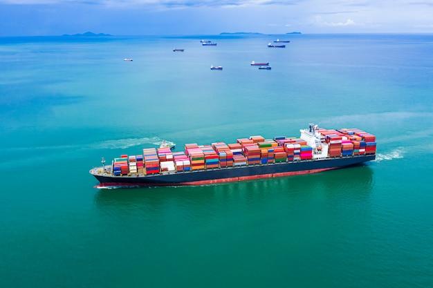 Servicios empresariales de transporte de contenedores de carga de importación y exportación de transporte. Foto Premium