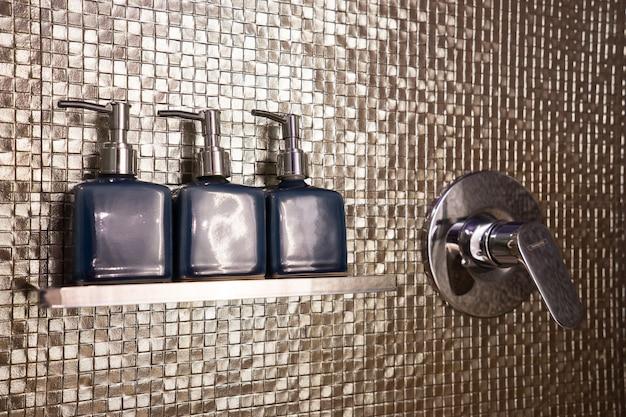 Set de jabón y champú en baño Foto Premium