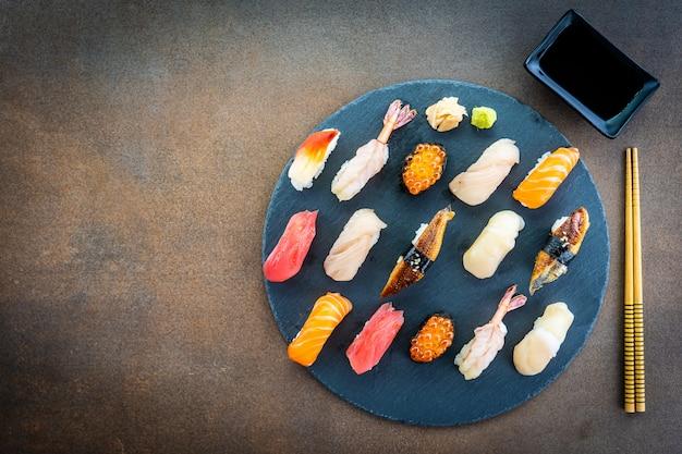 Set de sushi nigiri con cáscara de anguila de camarón y salmón de atún salmón Foto gratis