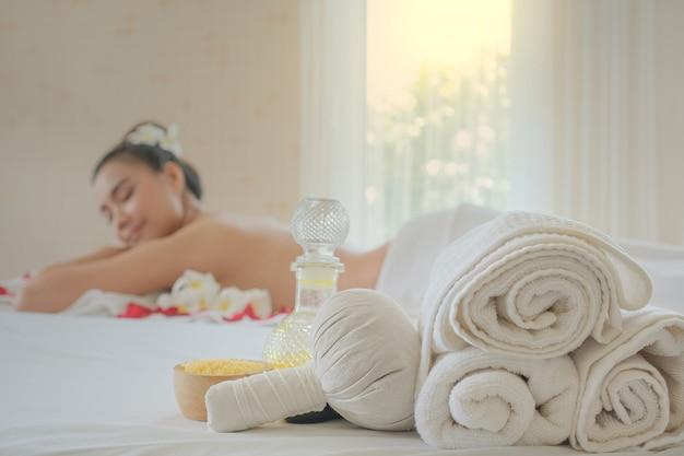 Set de tratamiento de spa y masaje aromático con aceite en la cama. Foto Premium