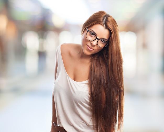 Sexy Chica En Gafas Mirando A La Cámara Con Calma