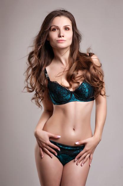 Sexy mujer joven en ropa interior. luz suave y colores Foto Premium