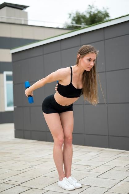 Sexy mujer linda haciendo ejercicios tiro largo Foto gratis