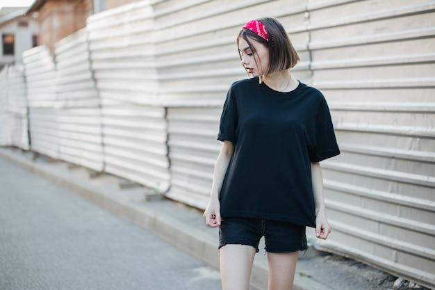 Sexy mujer o niña con camiseta negra en blanco Foto Premium