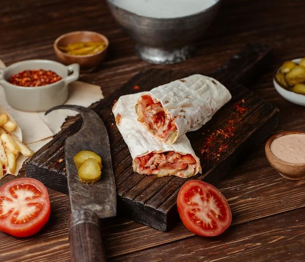 Shaurma lavash relleno de pollo, turshu y salsa de tomate Foto gratis