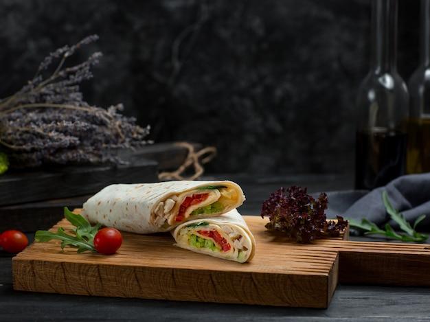 Shaurma con verduras y pollo envuelto con pan lavash Foto gratis