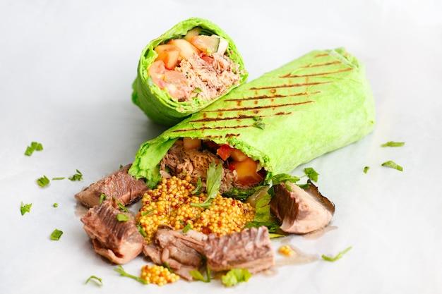 Shawarma de atún verde. Foto Premium