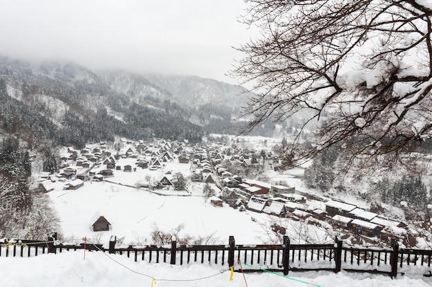 Shirakawago pueblo con nieve caída en temporada de invierno Foto Premium