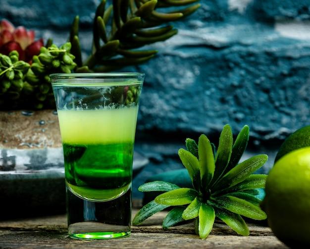 Shot de cóctel verde con hierbas Foto gratis