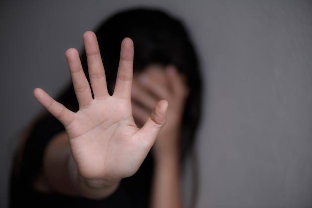 Signo de mano de mujer para dejar de abusar de la violencia, concepto del día de los derechos humanos Foto Premium