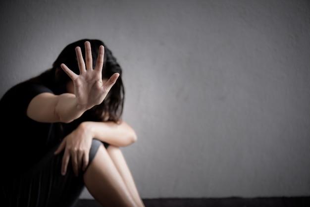 Signo de la mano de la mujer para detener el abuso de la violencia, concepto del día de los derechos humanos Foto Premium