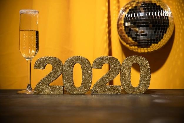Signo de oro de ángulo bajo con fecha de año nuevo Foto gratis