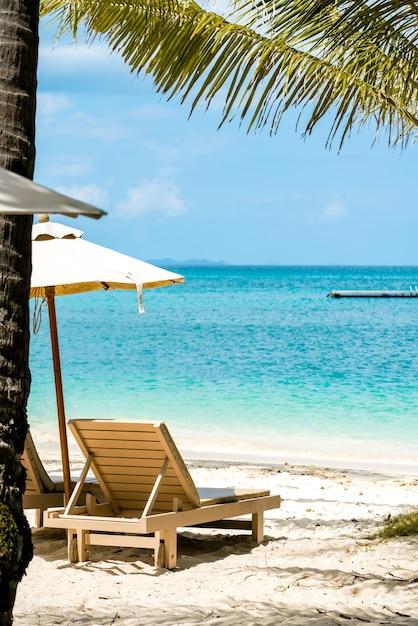 321141a20471 Silla cómoda en la playa, paraguas moderno, cielo despejado y mar ...