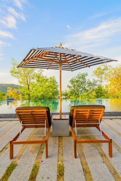 Silla de la piscina del paraguas descargar fotos gratis for Sillas de piscina