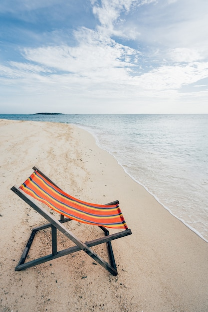 9f62fed9d971 Silla de madera cómoda en la playa cielo despejado y hermoso mar ...