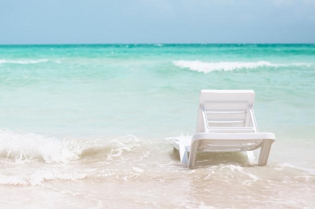 Silla de playa vista trasera a la orilla del mar Foto gratis