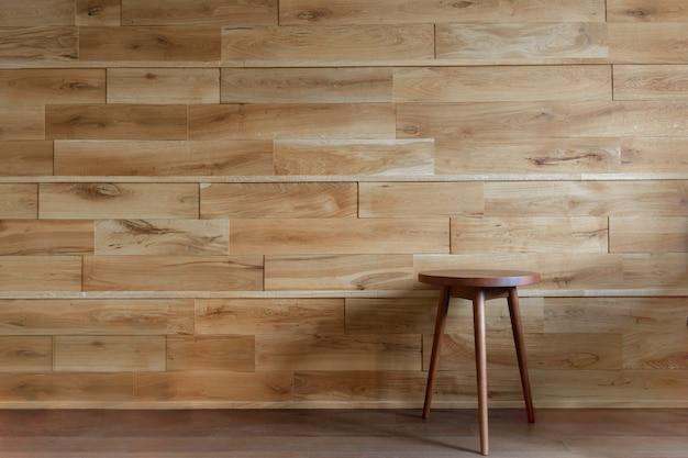 Silla redonda al lado de la pared de madera. Foto Premium