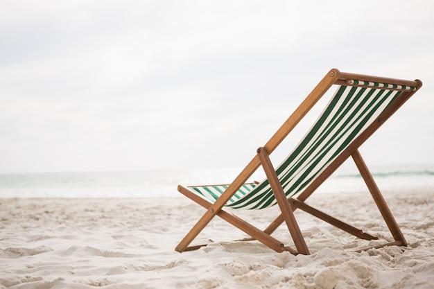 Sillas de playa en playa de arena tropical Foto Gratis