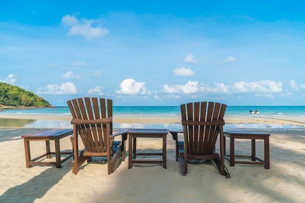 Sillas de playa hermosa en la playa tropical de arena - Silla para la playa ...