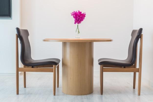 Sillas negras con una mesa de madera descargar fotos gratis for Sillas negras de madera