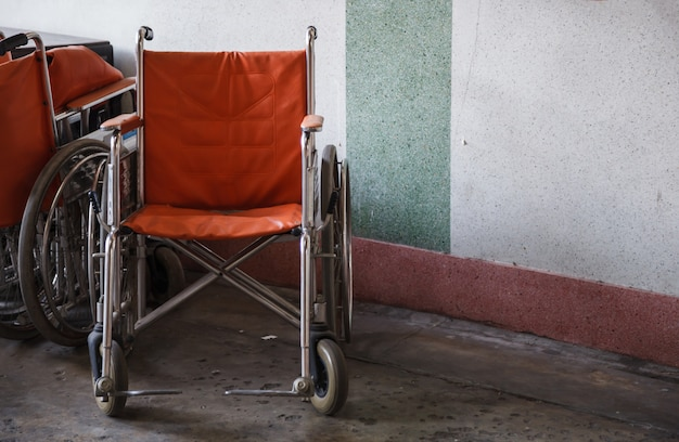 Sillas de ruedas de apoyo para ancianos, personas de la tercera edad, discapacitados en el fondo de la esquina Foto Premium