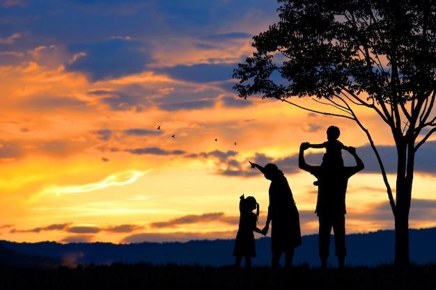 Silueta De Una Familia Feliz De Cinco Personas, Madre