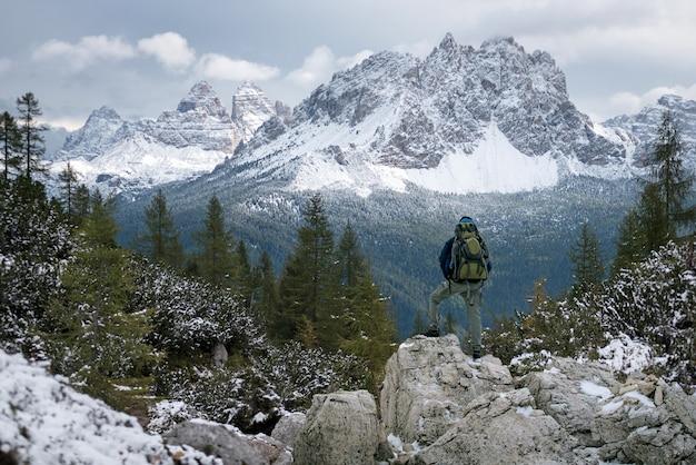 Silueta del hombre en la cima de la montaña en el cielo del amanecer, el deporte y el diseño conceptual de la vida activa. Foto Premium