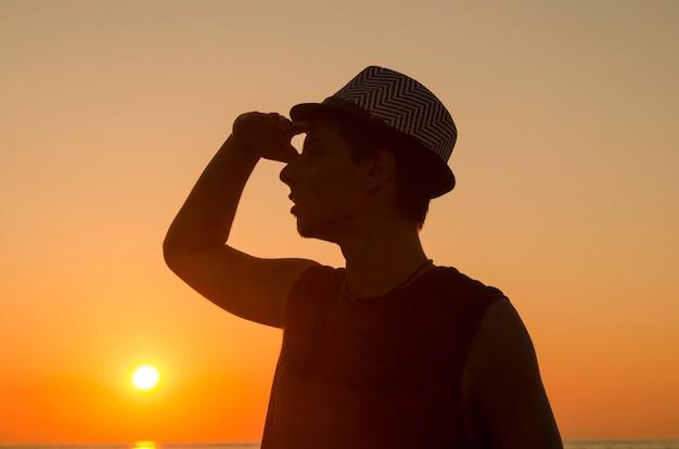Silueta De Hombre Joven Con Sombrero Mirando El Cielo
