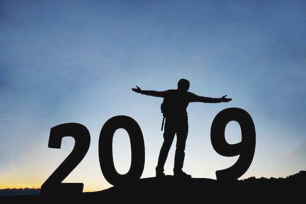 5e1546d2cd31 Silueta joven feliz para 2019 año nuevo | Descargar Fotos premium