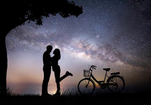https://image.freepik.com/foto-gratis/silueta-joven-pareja-en-el-amor-disfrutar-de-buen-tiempo-juntos-durante-la-puesta-del-sol_1150-1988.jpg