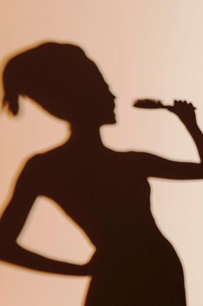 Silueta de mujer elegante después de la ducha Foto gratis