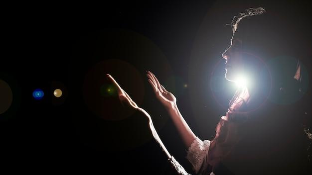 Silueta de mujer musulmana rezando Foto gratis