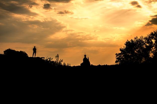 Silueta de una niña y la iglesia ortodoxa contra el cielo. suzdal, rusia Foto Premium