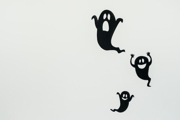 Siluetas de fantasmas sobre fondo blanco. Foto Premium