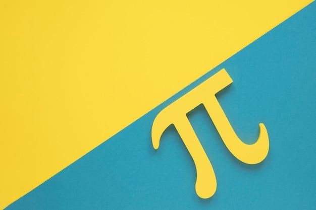 Símbolo de ciencia real pi sobre fondo de espacio de copia amarillo y azul Foto gratis