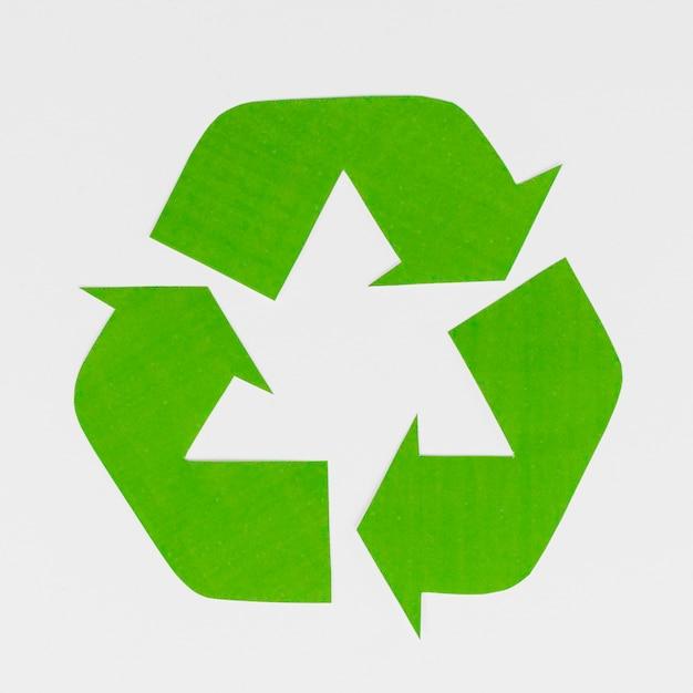Símbolo de reciclaje sobre fondo gris Foto Premium