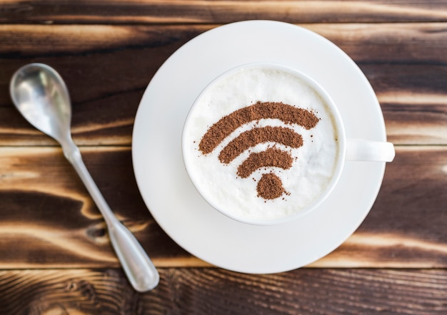 Símbolo de wifi en taza con cucharadita Foto gratis