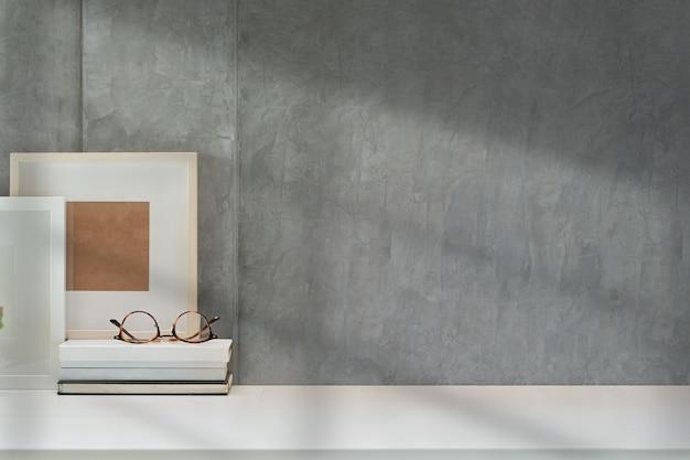 Simula el póster o el marco de fotos en el espacio de trabajo de loft y copia espacio Foto Premium