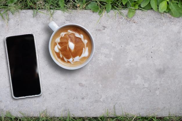 Simulacros de teléfono móvil en el piso, espacio de copia, vista superior Foto Premium