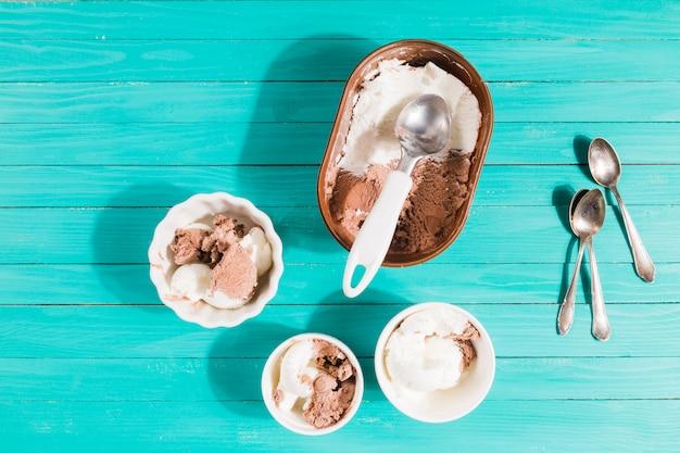 Sirviendo helado en tazones de porciones Foto gratis