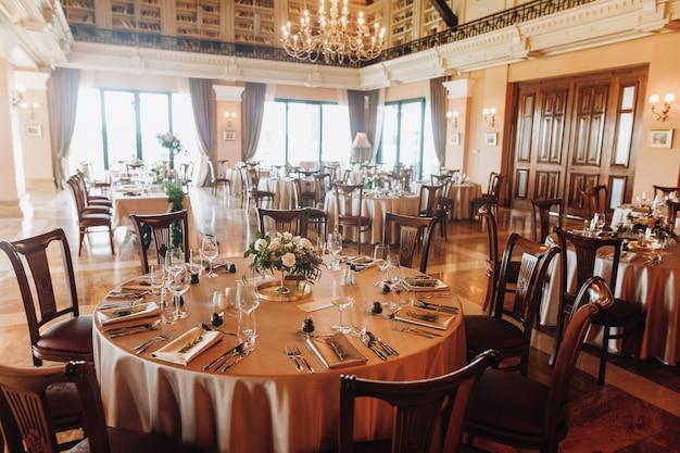 Sirviendo mesas para bodas en el antiguo restaurante Foto gratis