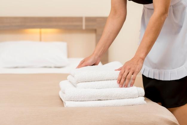 Sirvienta preparando habitación de hotel Foto gratis