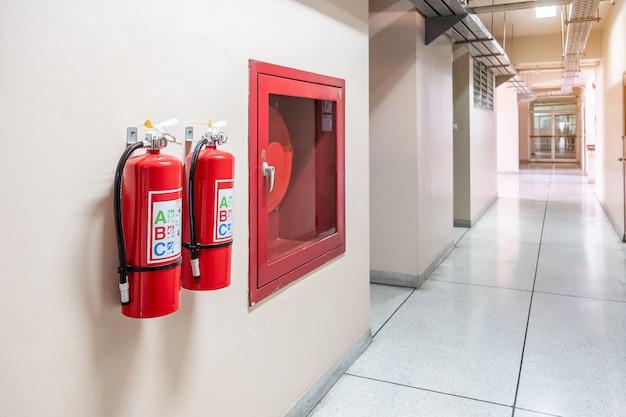 Sistema extintor de incendios en el fondo de la pared, potente equipo de emergencia para uso industrial. Foto Premium
